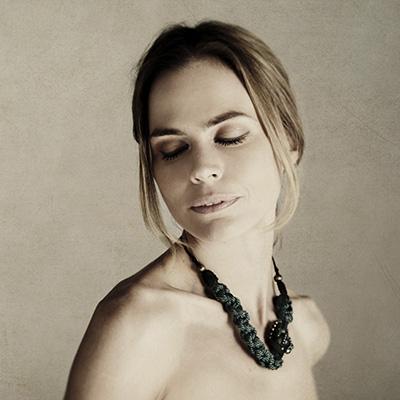 Verónica blume con collar de diseño en macramé - Marina Grafeuille