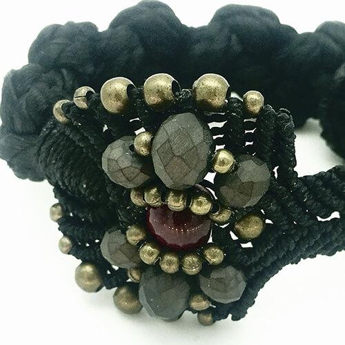 Detalle pulsera color negro colección Roses - Macramé - Marina Grafeuille