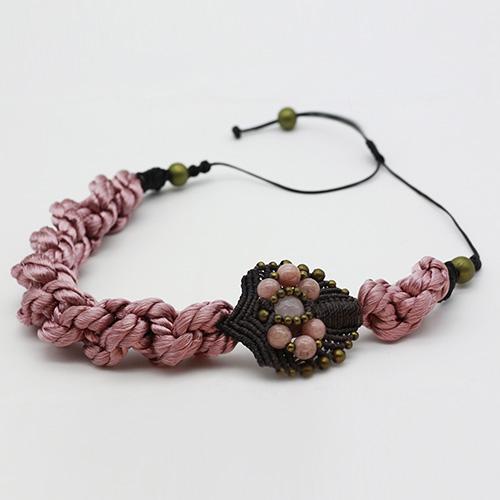 Detalle collar color rosa colección Avinyo - Macramé - Marina Grafeuille